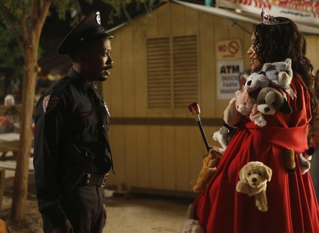 Kali Hawk در صحنه سریال تلویزیونی دختر جدید به همراه Lamorne Morris