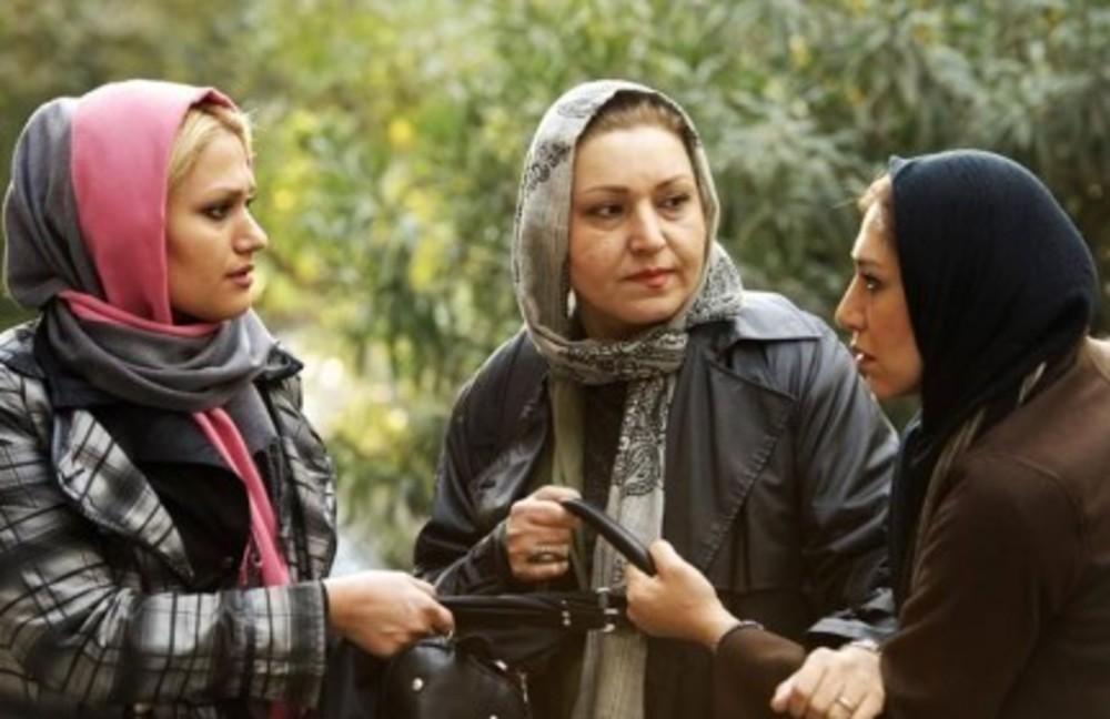 فریبا خادمی در صحنه فیلم سینمایی حراج به همراه نسیم ادبی و مهسا آبیز