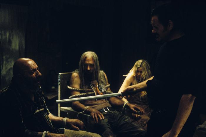 Sheri Moon Zombie در صحنه فیلم سینمایی شیطان امتناع می کند به همراه Bill Moseley، Sid Haig و ویلیام فورسایت