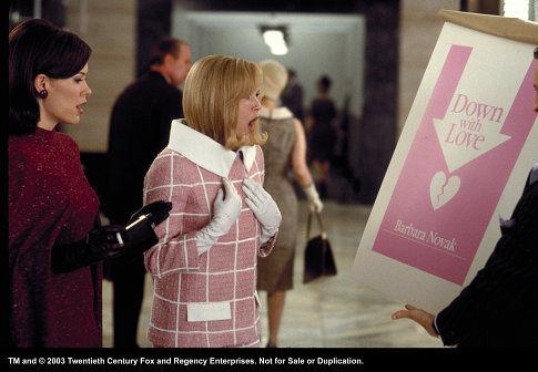 سارا پاولسون در صحنه فیلم سینمایی Down with Love به همراه رنی زِلوِگِر
