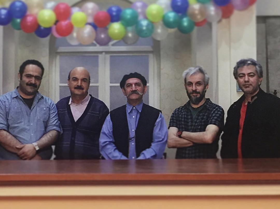 تصویری از کاظم سیاحی، بازیگر و گوینده سینما و تلویزیون در پشت صحنه یکی از آثارش به همراه ایرج طهماسب، حمید جبلی، بهادر مالکی و محمدرضا هدایتی