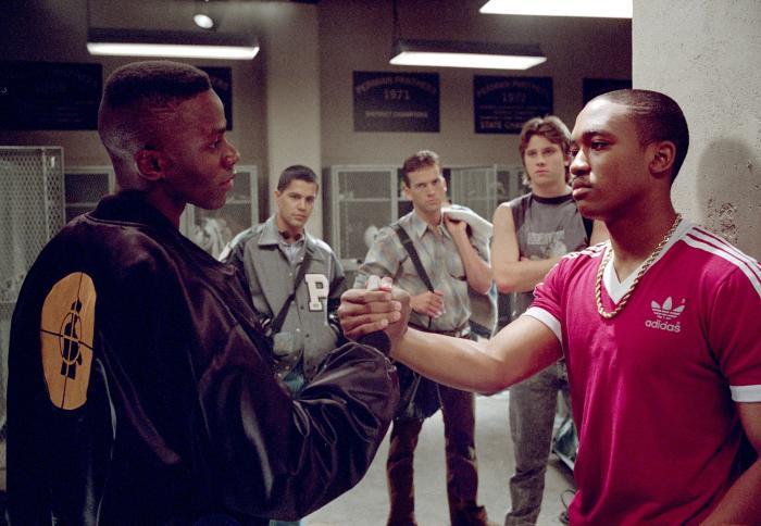 Lee Thompson Young در صحنه فیلم سینمایی جمعه شب های روشن به همراه Lucas Black، Garrett Hedlund، جای هرناندز و Derek Luke