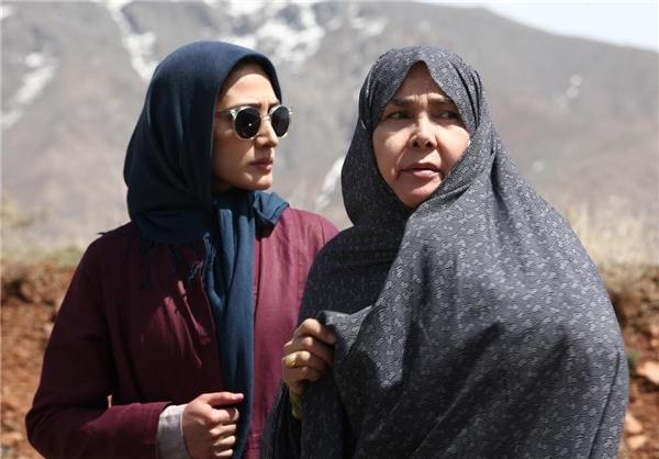 آفرین عبیسی در صحنه سریال تلویزیونی تنهایی لیلا به همراه مینا ساداتی