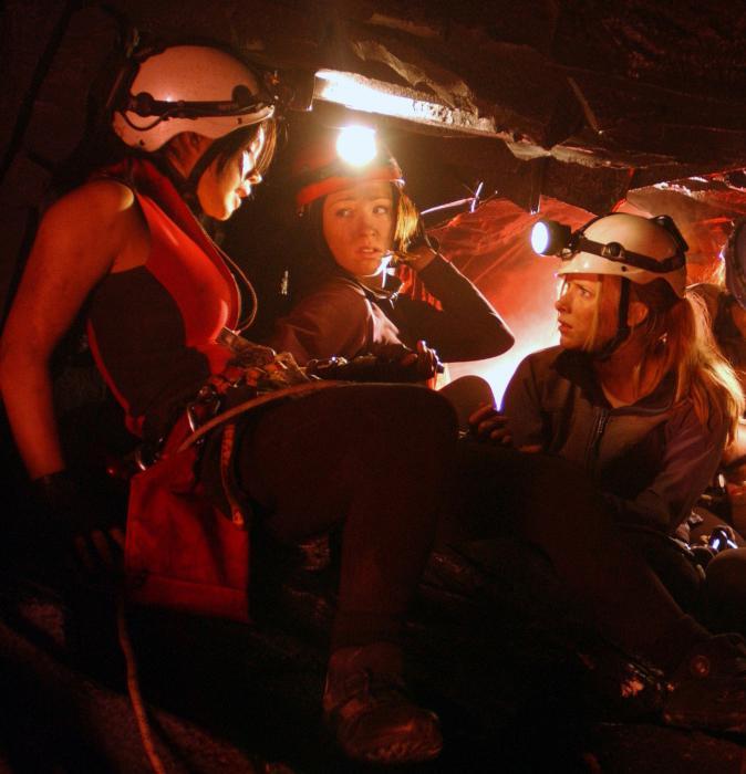 Alex Reid در صحنه فیلم سینمایی نزول به همراه Natalie Mendoza و Shauna Macdonald