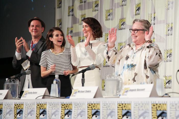 سارا پاولسون در صحنه سریال تلویزیونی داستان ترسناک آمریکایی به همراه Emma Roberts و کتی بیتس