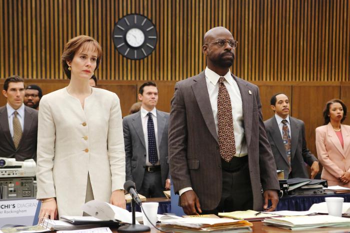 سارا پاولسون در صحنه سریال تلویزیونی داستان جنایت آمریکایی به همراه Sterling K. Brown، Dale Godboldo و Angel Parker