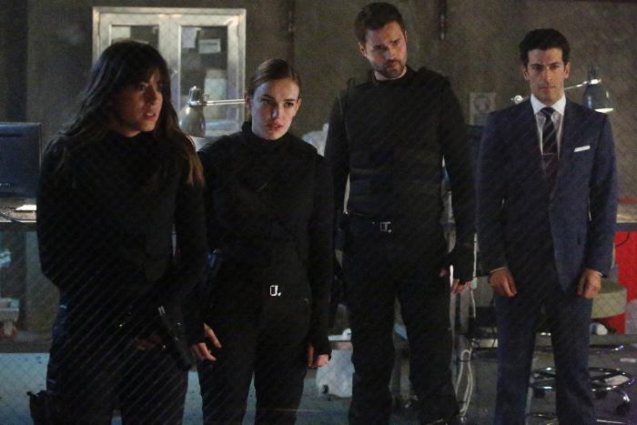 Simon Kassianides در صحنه سریال تلویزیونی ماموران شیلد به همراه Brett Dalton، Elizabeth Henstridge و Chloe Bennet