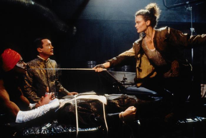 Dina Meyer در صحنه فیلم سینمایی جانی منومیک به همراه کیانو ریوز و Udo Kier