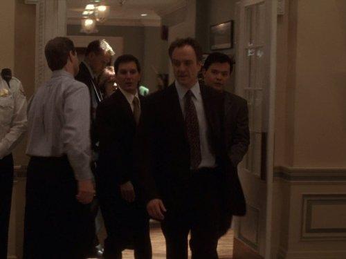 William Duffy در صحنه سریال تلویزیونی بال غربی به همراه Bradley Whitford