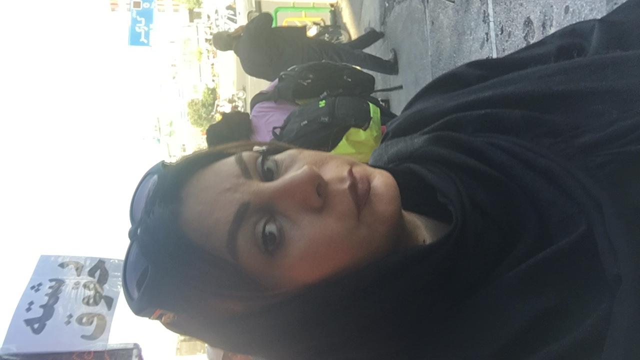 تصویری از فریدا پوروالی، تدوینگر سینما و تلویزیون در حال بازیگری سر صحنه یکی از آثارش