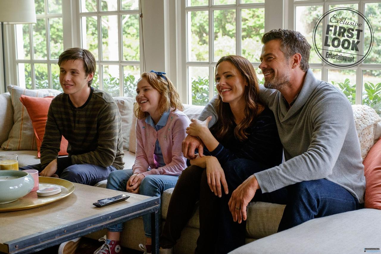 Talitha Bateman در صحنه فیلم سینمایی با عشق، سیمون به همراه نیک رابینسون، جنیفر گارنر و Josh Duhamel