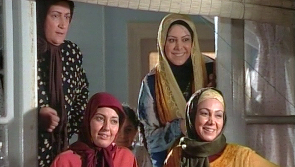 فلور نظری در صحنه سریال تلویزیونی خانه بهدوش به همراه بهنوش بختیاری، آناهیتا همتی و مریم امیرجلالی