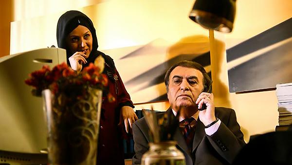 ناصر طهماسب در صحنه سریال تلویزیونی مرگ تدریجی یک رؤیا به همراه ستاره اسکندری