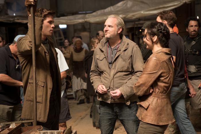 Francis Lawrence در صحنه فیلم سینمایی عطش مبارزه: اشتعال به همراه جنیفر لارنس و لیام همسورث