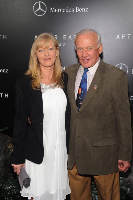 Buzz Aldrin در صحنه فیلم سینمایی پس از زمین