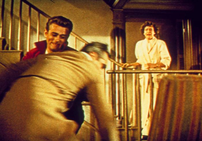Ann Doran در صحنه فیلم سینمایی شورش بی دلیل به همراه Jim Backus و James Dean