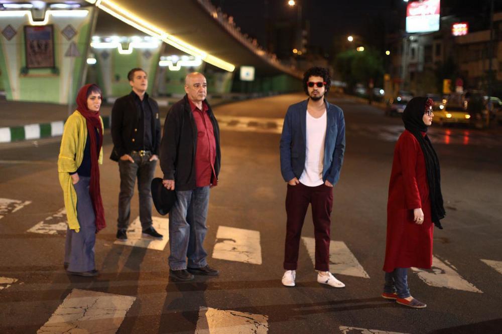 احسان امانی در صحنه فیلم سینمایی مادر قلب اتمی به همراه مهرداد صدیقیان، محمدرضا گلزار و پگاه آهنگرانی