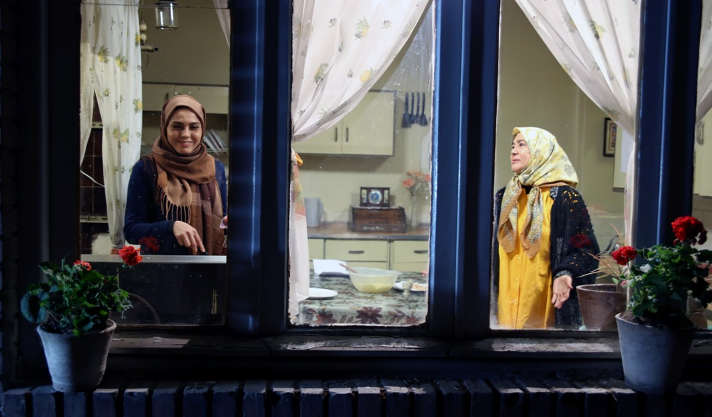 آفرین عبیسی در صحنه سریال تلویزیونی مهر طوبی به همراه آزاده زارعی