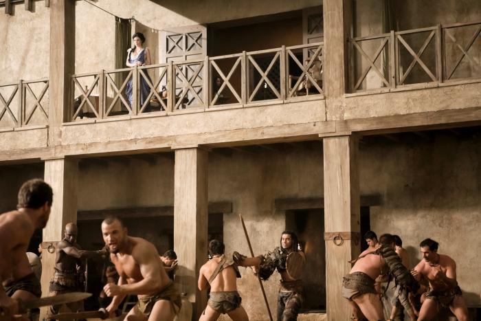 Jaime Murray در صحنه سریال تلویزیونی اسپارتاکوس: خدایان میدان نبرد به همراه Antonio Te Maioha، Nick E. Tarabay و پیتر منسا