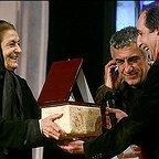 تصویری از ژاله علو، بازیگر سینما و تلویزیون در حال بازیگری سر صحنه یکی از آثارش به همراه فرهاد آئیش و رضا کیانیان