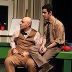 تصویری از تینو صالحی، بازیگر سینما و تلویزیون در حال بازیگری سر صحنه یکی از آثارش به همراه محمدعلی شادمان