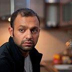 تصویری از صابر ابر، بازیگر و کارگردان سینما و تلویزیون در حال بازیگری سر صحنه یکی از آثارش