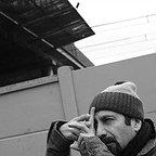 تصویری از اصغر فرهادی، نویسنده و کارگردان سینما و تلویزیون در پشت صحنه یکی از آثارش