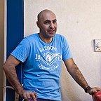 تصویری از تینو صالحی، بازیگر سینما و تلویزیون در حال بازیگری سر صحنه یکی از آثارش