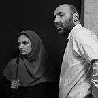 تصویری از تینو صالحی، بازیگر سینما و تلویزیون در حال بازیگری سر صحنه یکی از آثارش به همراه لیندا کیانی
