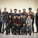 تصویری از کاظم سیاحی، بازیگر سینما و تلویزیون در پشت صحنه یکی از آثارش به همراه نازنین فراهانی، شیدا خلیق، فرشته صدرعرفایی و مسعود کرامتی