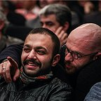 تصویری از بابک حمیدیان، بازیگر سینما و تلویزیون در حال بازیگری سر صحنه یکی از آثارش
