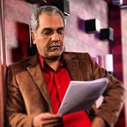 تصویری از مهران مدیری، بازیگر و کارگردان سینما و تلویزیون در پشت صحنه یکی از آثارش