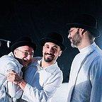 تصویری از علی سرابی، بازیگر و گوینده سینما و تلویزیون در پشت صحنه یکی از آثارش به همراه پیمان معادی و رضا بهبودی