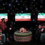 تصویری از رضا رشیدپور، بازیگر و مجری سینما و تلویزیون در حال بازیگری سر صحنه یکی از آثارش