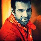 تصویری از پولاد کیمیایی، بازیگر و کارگردان سینما و تلویزیون در حال بازیگری سر صحنه یکی از آثارش