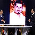 تصویری از احسان علیخانی، مجری و تهیه کننده سینما و تلویزیون در حال بازیگری سر صحنه یکی از آثارش