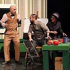 تصویری از سینا کرمی، بازیگر سینما و تلویزیون در حال بازیگری سر صحنه یکی از آثارش به همراه تینو صالحی