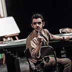 تصویری از محمدعلی شادمان، بازیگر سینما و تلویزیون در حال بازیگری سر صحنه یکی از آثارش