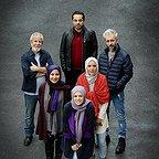 تصویری از کاظم سیاحی، بازیگر سینما و تلویزیون در پشت صحنه یکی از آثارش به همراه نازنین فراهانی، فرشته صدرعرفایی، سام قریبیان و مسعود کرامتی