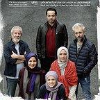 تصویری از کاظم سیاحی، بازیگر و گوینده سینما و تلویزیون در پشت صحنه یکی از آثارش به همراه شیدا خلیق، سام قریبیان، نازنین فراهانی، فرشته صدرعرفایی و مسعود کرامتی
