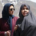 مینا ساداتی در صحنه سریال تلویزیونی تنهایی لیلا به همراه آفرین عبیسی
