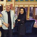 تصویری از آیلین کیخایی، بازیگر سینما و تلویزیون در پشت صحنه یکی از آثارش به همراه مهران مدیری