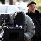 تصویری از خسرو معصومی، کارگردان و نویسنده سینما و تلویزیون در پشت صحنه یکی از آثارش
