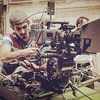 تصویری از معینرضا مطلبی، مدیر فیلم برداری سینما و تلویزیون در پشت صحنه یکی از آثارش