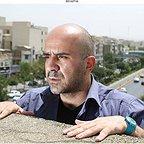 تصویری از مهدی حسینینیا، بازیگر سینما و تلویزیون در حال بازیگری سر صحنه یکی از آثارش