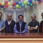 تصویری از کاظم سیاحی، بازیگر سینما و تلویزیون در پشت صحنه یکی از آثارش به همراه محمدرضا هدایتی، ایرج طهماسب، حمید جبلی و بهادر مالکی