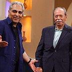 تصویری از علی نصیریان، بازیگر و کارشناس سینما و تلویزیون در حال بازیگری سر صحنه یکی از آثارش به همراه مهران مدیری