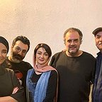 تصویری از ایرج طهماسب، بازیگر و نویسنده سینما و تلویزیون در پشت صحنه یکی از آثارش به همراه هومن برقنورد، ویدا جوان و بهاره افشاری