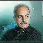 تصویری از پرویز پرستویی، بازیگر و تهیه کننده سینما و تلویزیون در حال بازیگری سر صحنه یکی از آثارش