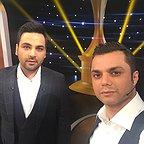 تصویری از آرش ظلیپور، مجری و روابط عمومی سینما و تلویزیون در پشت صحنه یکی از آثارش به همراه احسان علیخانی